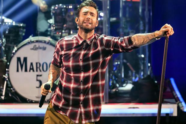 Фото №1 - Maroon 5 врываются на свадьбы в новом клипе