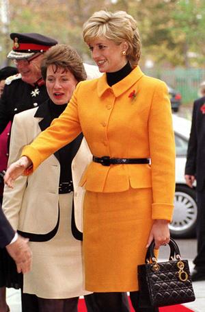 Фото №13 - Держи за ручку: любимые сумки принцесс и королев снова в тренде