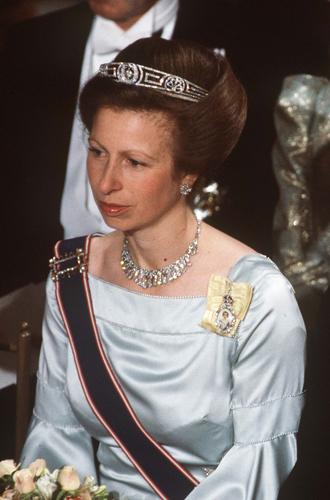 Фото №43 - Какую тиару Елизавета II одолжит Меган Маркл на свадьбу: делаем ставки
