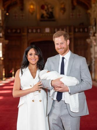 Фото №3 - «Просто Гарри и Меган»: чем новый официальный портрет Сассекских отличается от королевских фото