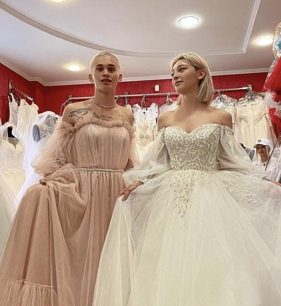 Фото №2 - Что надеть на выпускной: модные идеи с платьем от Насти Ивлеевой и Дани Милохина 🤪