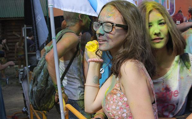 Фото №1 - Счастливые моменты с фестиваля красок в Омске
