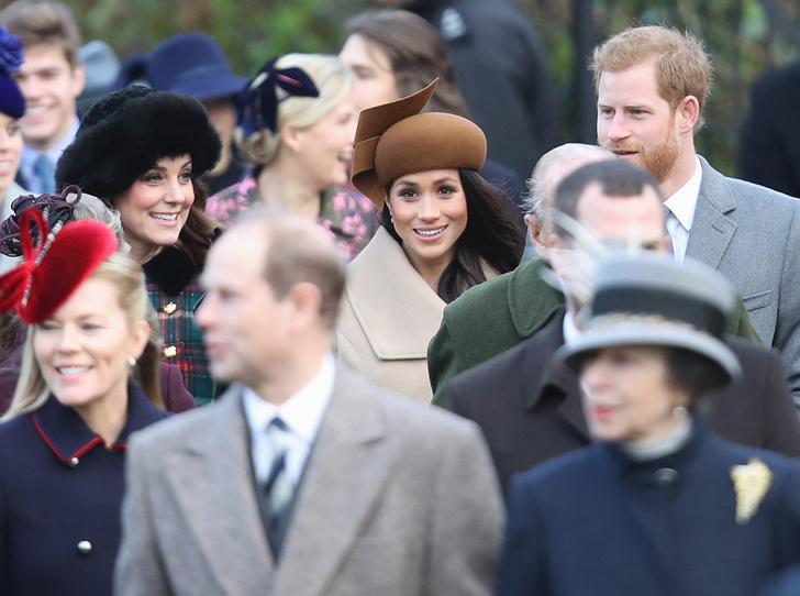 Фото №2 - Бедная Меган: 7 фактов о королевской рождественской службе в Сандрингеме
