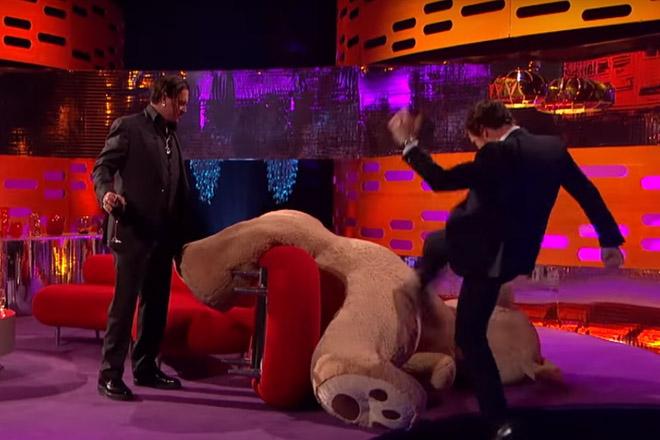 Бенедикт Камбербэтч избил медведя фото