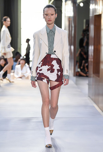 Фото №6 - Коровий принт – новый модный конкурент «леопарда» и «зебры»