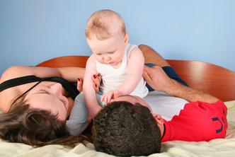 Фото №1 - Личная жизнь новоиспеченных родителей