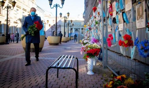 Фото №1 - Беглов пришёл к стихийному мемориалу медикам, умершим от коронавируса