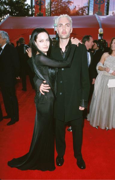 Фото №1 - Не такой уж красавчик: как в реальности выглядит родной брат Анджелины Джоли