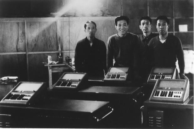 Фото №1 - История одной фотографии: конструкторы братья Касио с первым калькулятором, 1957