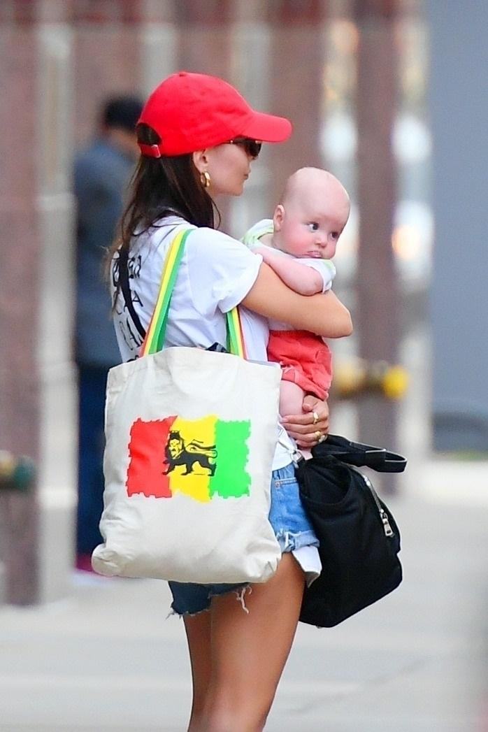 Фото №2 - В идеальной форме: Эмили Ратаковски на прогулке с новорожденным малышом