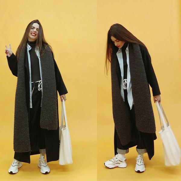 Пальто: сшито на заказ, шарф: Zara, джинсы: Lee, кроссовки и шоппер: Reebok, носки: adidas, рубашка: Stradivarius