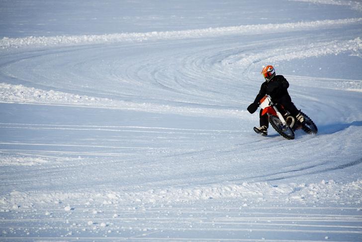 Фото №10 - Гусеницы, саморезы, седло с подогревом: 5 интересных фактов о зимней езде на мотоцикле