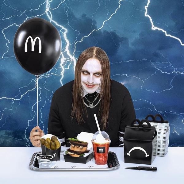 Фото №1 - Скоро в Макдоналдс появится новый необычный бургер и «Sad Meal» от Томми Кэша 🖤