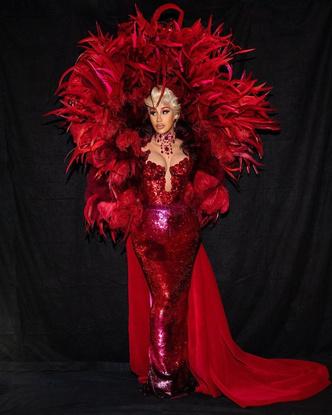 Фото №2 - Перья, пайетки, красный цвет: Карди Би шокировала всех своим появлением на Парижской Неделе Моды