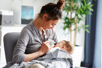 Маму с ребенком выгнали из кафе за кормление грудью: кто прав?