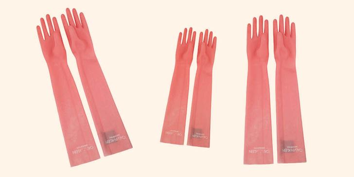 Фото №1 - Бесполезный люкс: Кому нужны резиновые перчатки принцессы от Calvin Klein?