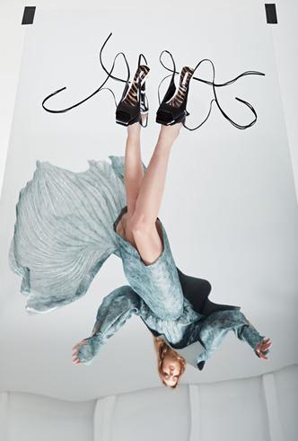 Фото №5 - Как носить обувь из коллекции Pazolini x Rogov: от ярких босоножек до атласных сапог