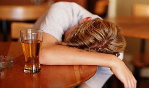 Фото №1 - Россияне не считают алкоголизм настоящей болезнью