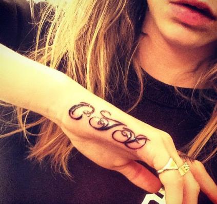 Фото №2 - Кара Делевинь сделала еще одну татуировку