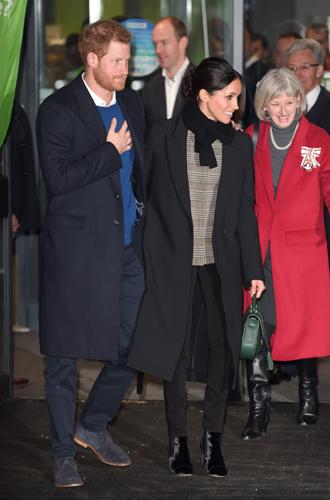 Фото №4 - С подтекстом: почему каждая вещь в наряде Меган Маркл в Уэльсе – это модное заявление будущей герцогини