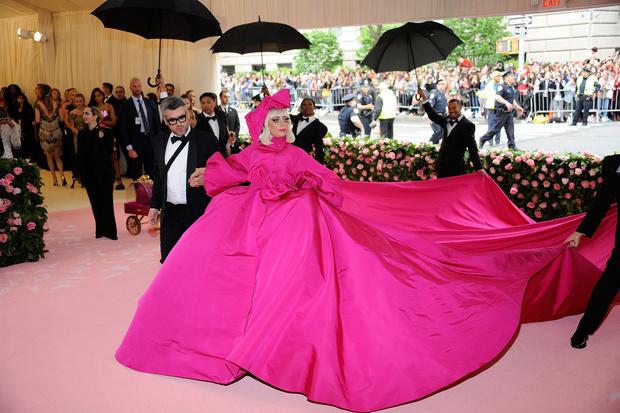 Фото №1 - Леди Гага разделась на красной дорожке Met Gala