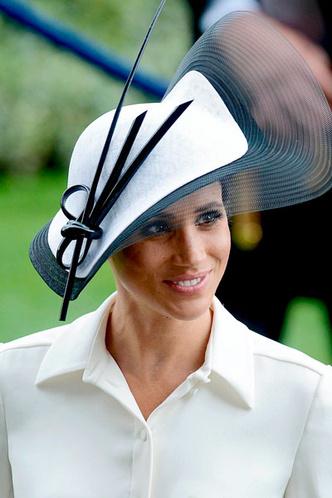 Фото 12. Плавные поля шляпы дополнены четкими и прямыми линиями декора.