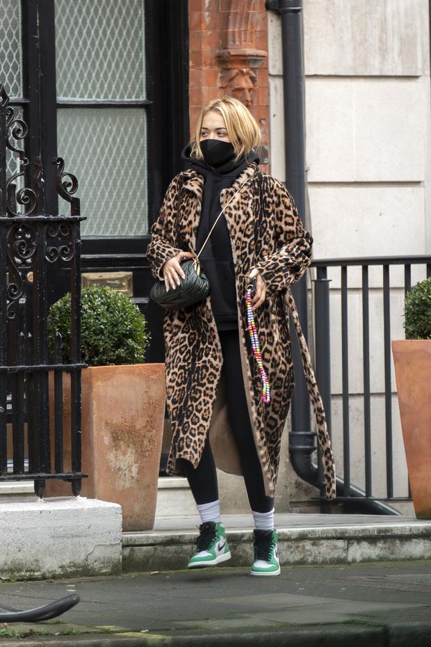 Фото №1 - Леопардовое пальто + худи: Рита Ора в Лондоне