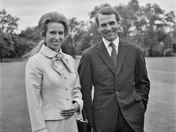 Фото №1 - Самая странная королевская помолвка: зачем принцесса Анна надела два платья одновременно