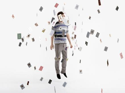 Молодой человек окружен картами