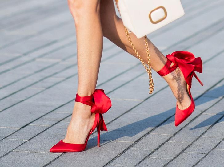 Фото №1 - Как носить красные туфли и босоножки этим летом (47 звездных примеров)