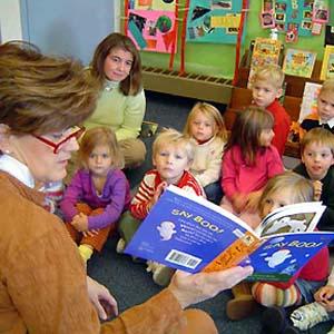 Фото №1 - Женщины-преподаватели лучше учат мальчиков читать
