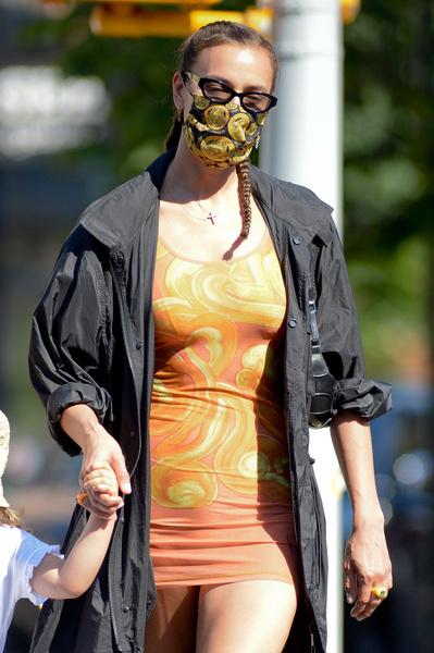 Фото №2 - Ты же мать! Ирина Шейк гуляет с дочкой в платье, которое ничего не прикрывает