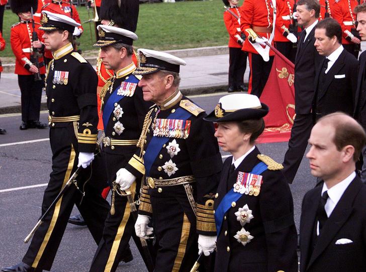 Фото №4 - Почему отношения принца Чарльза с сестрой и братьями всегда были напряженными