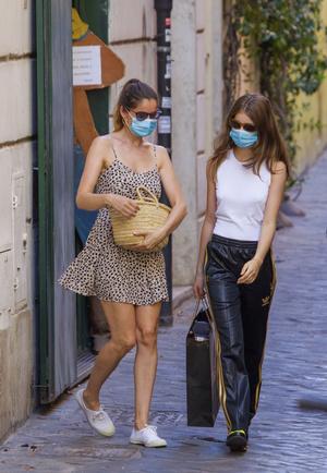 Фото №2 - Что носят француженки в отпуске? Показывают Летиция Каста и ее дочь Сатин