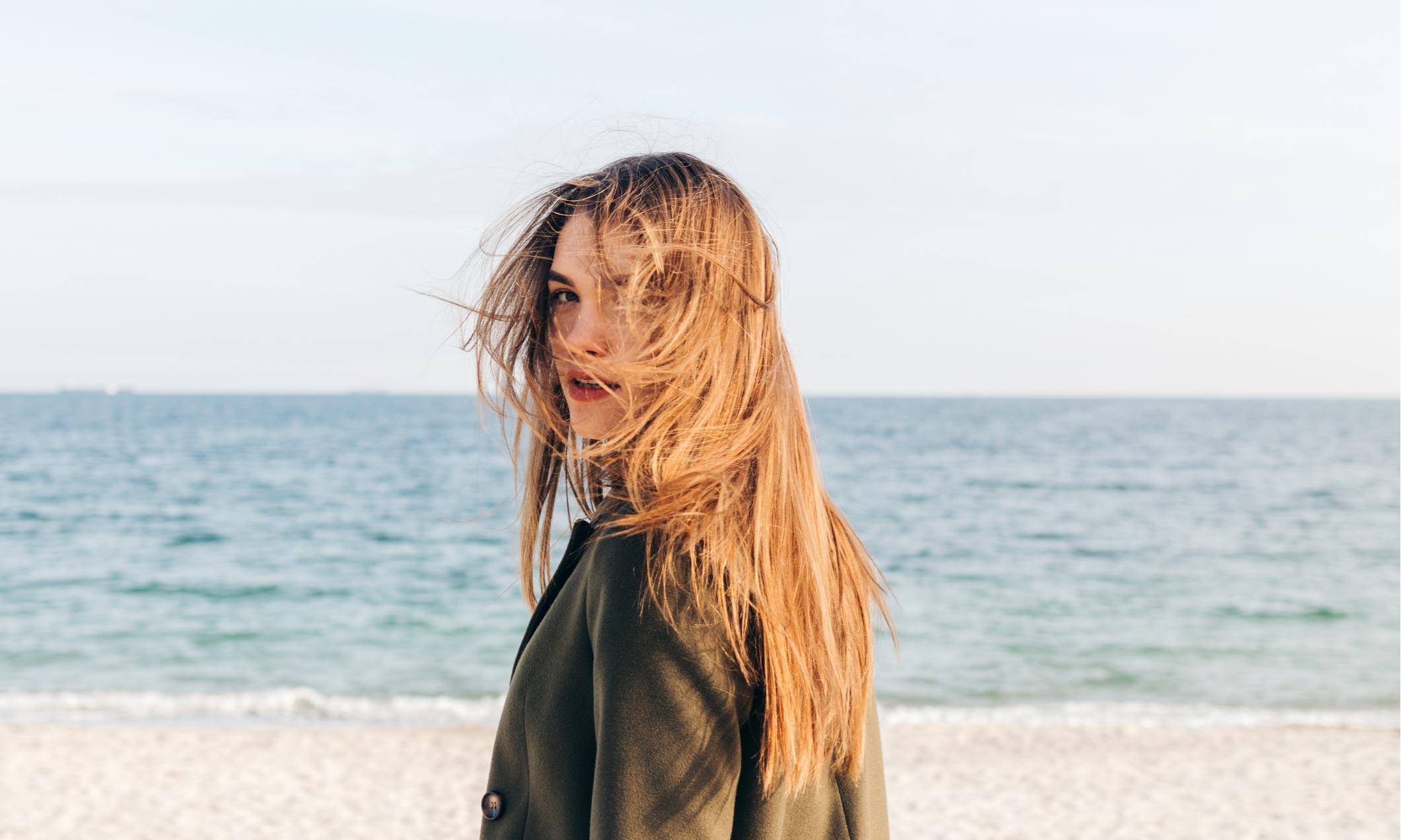 Как восстановить волосы после солнца и вернуть им блеск