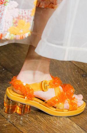 Фото №13 - Невероятные каблуки: кто придумал прозрачные танкетки и шпильки в стразах