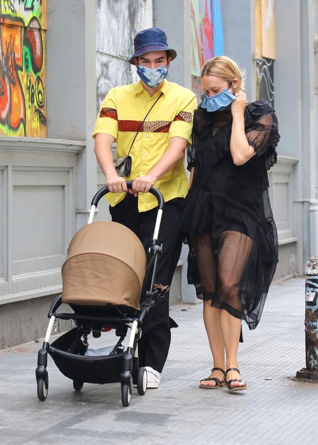 Фото №2 - Редкий выход: Хлоя Севиньи на прогулке с новорожденным сыном