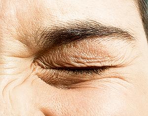 DIOMEDIAНажатия на глазное яблоко вызывают механическое раздражение сетчатки и/или зрительного нерва. Этот ложный сигнал поступает в зрительные центры мозга, которые интерпретируют его как обычный сигнал от рецепторов сетчатки. Субъективно это ощущается как вспышки света, часто имеющие форму расходящихся кругов &mdash; именно так распространяется <br />возбуждение при нажатии.