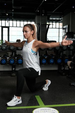 Фото №5 - Как избавиться от «ушек» на бедрах: упражнения на 5 минут