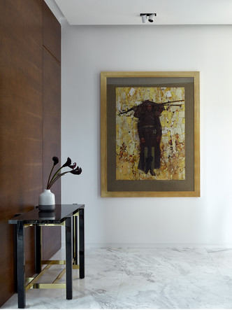 Консоль, Emanuel Ungaro Home. На стене— картина Дауда Ахриева.