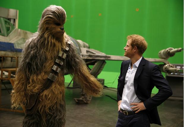Фото №1 - Смотрим, как принц Гарри обнимается с Чубаккой!