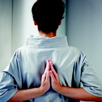 5. Намасте за спинойСидя ровно на краю стула, слегка разведите колени. Вытяните руки в стороны, затем заведите их за спину и соедините ладони так, чтобы пальцы смотрели вверх. Давите ладонями друг на друга, одновременно с этим направляйте плечи в стороны и назад. Оставайтесь в позе 30 секунд. Если вам не удается соединить ладони за спиной, захватите ладонями локти. Плечи отводите назад, грудной клеткой тянитесь вверх. Эта асана разгружает грудной отдел позвоночника, раскрывает грудную клетку, возвращает подвижность плечевым суставам.