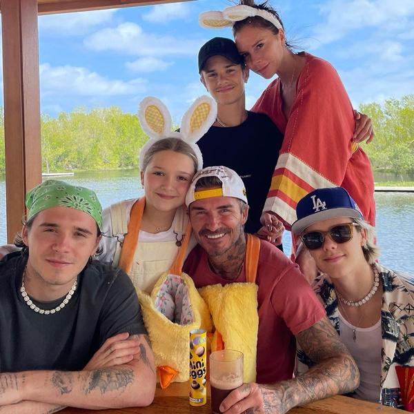 Фото №1 - Виктория Бекхэм показала фото красавца-мужа и сыновей, но все смотрят только в их тарелки