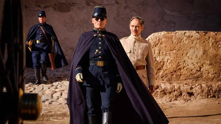 Фото №1 - Трейлер «В ожидании варваров»: кровожадный Роберт Паттинсон и зловещий Джонни Депп в очках