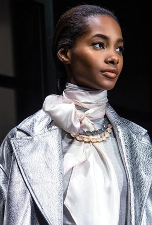 Фото №15 - Как носить шелковые платки: 10 самых простых и стильных способов