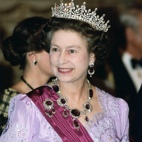 Фото №7 - Королевские драгоценности: самые роскошные украшения Елизаветы II