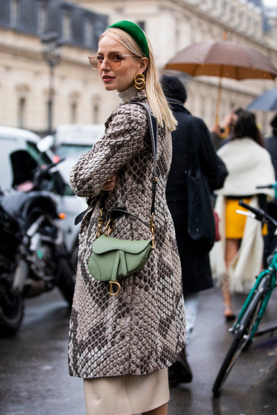 Фото №2 - Полезные советы: как продлить жизнь старой одежде?