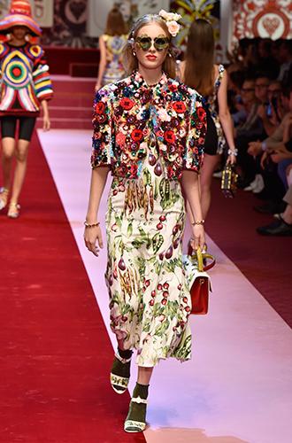 Фото №15 - Стразы, ботфорты и колготки в сеточку: как в моду входит все то, что раньше считалось безвкусицей