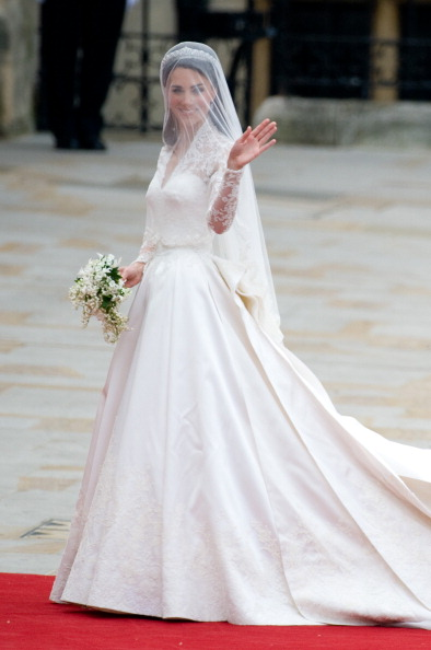 Фото №21 - Самые знаменитые свадебные платья Виндзоров: неудачные, смелые и даже бодипозитивные