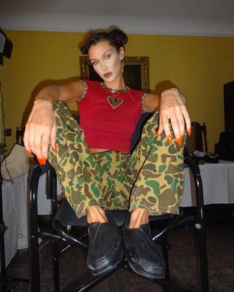 Фото №2 - Как носить принт милитари: модный урок от Беллы Хадид 💚